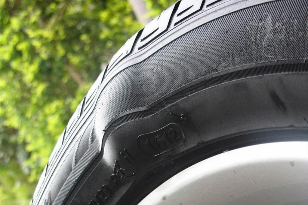 """7 nguyên nhân khiến lốp ô tô nhanh mòn, """"xe ăn lốp"""""""